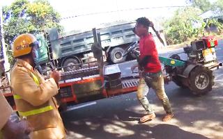 Video: Người đàn ông say rượu cầm rựa rượt CSGT