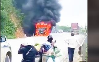 Video: Ô tô cháy ngùn ngụt khi đang chạy trên quốc lộ 9