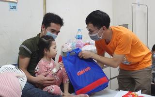 Mang xuân yêu thương cho bệnh nhi tại Hà Nội