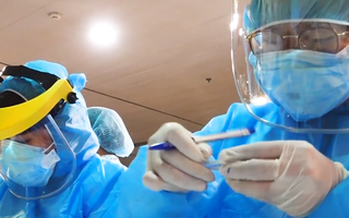 Video: 1.000 nhân viên Bệnh viện Mắt TP.HCM được xét nghiệm COVID-19 khẩn cấp