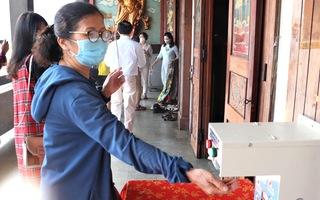 Video: Đầu năm người dân cả nước viếng chùa với khẩu trang, nước sát khuẩn