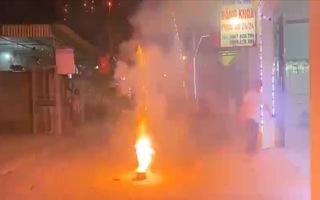Video: Loạn đốt pháo nổ, pháo sáng trong đêm giao thừa Tân Sửu 2021