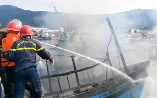 Video: Cháy 3 tàu cá ở cảng Thọ Quang, gần 200 người chữa cháy