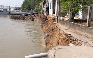 Video: Sạt lở gần bến phà, 6 căn nhà đổ sụp xuống sông