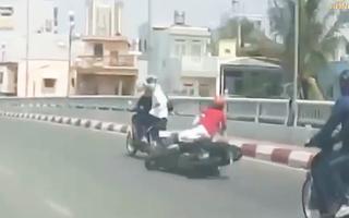 Video: Bị giật dây chuyền, 2 người đi xe máy ngã nhào xuống đường