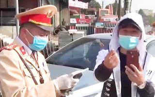 Video: Tài xế ôtô không chấp hành đo nồng độ cồn, còn livestream trên mạng hơn 1 tiếng