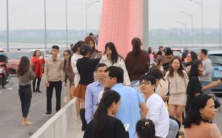 Video: Lộn xộn cảnh du khách tụ tập trên cầu 950 tỉ đồng để chụp ảnh