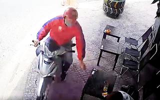Video: Tên cướp phi xe lên vỉa hè, giật phăng chiếc điện thoại của khách uống cà phê