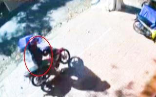 Video: Cộng đồng mạng 'ngao ngán' trước cảnh thanh niên đi xe máy, trộm ghế nhựa