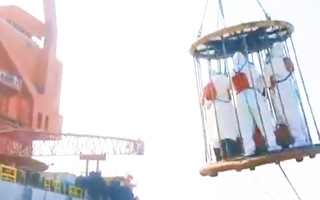 Video: Đưa nhân viên y tế lên tàu bằng cần trục tháp để kiểm tra Covid-19