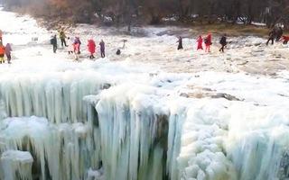 Video: Hàng ngàn người tìm đến thác nước đóng băng 'trong như gương'