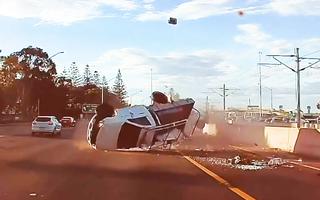 Video: Khoảnh khắc hai xe bán tải lộn nhiều vòng trên đường sau va chạm