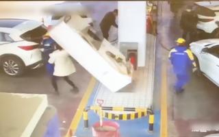 Video: Tài xế bất cẩn kéo đổ trụ bơm xăng vào 2 người đang đứng gần