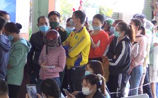 Video: Hàng trăm khách vật vờ xếp hàng chờ trả vé tàu Tết ở ga Biên Hòa