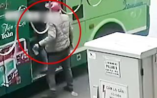 Video: Hành khách bị móc túi ở trạm xe buýt Hà Nội
