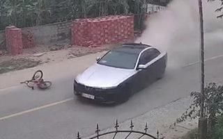 Video: Ô tô bỏ chạy sau tai nạn rồi đâm vào tiệm hớt tóc ven đường tại Nghệ An