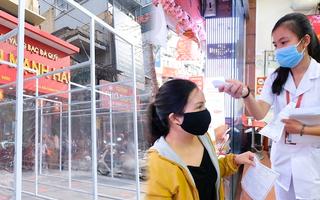 Video: Lắp vách ngăn, đo thân nhiệt, phát tờ khai y tế tại các cửa hàng vàng trước ngày vía Thần Tài
