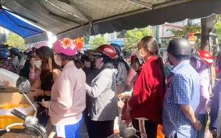 Video: Người dân Vũng Tàu xếp hàng dài mua heo quay ngày vía Thần Tài