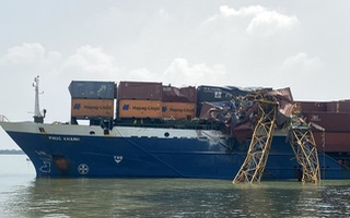 Video: Khoảnh khắc tàu container đâm sập cần cẩu thi công trụ cầu tuyến cao tốc Bến Lức - Long Thành