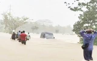 Video: Nhà trôi, xe bị cuốn, sơ tán hàng ngàn người do bão hoa Đỗ Quyên