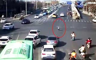 Video: Ô tô bật cốp, em bé rơi khỏi xe khi đang chạy