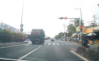 Video: Thót tim khoảnh khắc xe rác vượt đèn đỏ, suýt tông nhiều xe máy