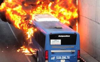 Video: Xe buýt cháy ngùn ngụt trong hầm chui An Sương