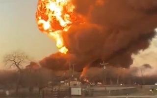 Video: Xe đầu kéo tông tàu chở xăng gây cháy nổ kinh hoàng tại Mỹ