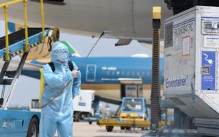 Video: Chuyến bay chở lô vắc xin COVID-19 đầu tiên đã hạ cánh xuống Tân Sơn Nhất