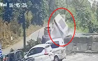 Video: Ôtô 7 chỗ đổ đèo Bảo Lộc, tông vào lan can rồi tung lên như quả bóng