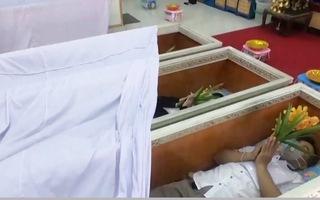 Video: Người Thái nằm trong quan tài để gột bỏ xui xẻo