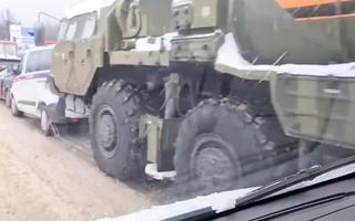 Video: Xe chở tên lửa S-400 gặp tai nạn liên hoàn trên cao tốc ở Nga