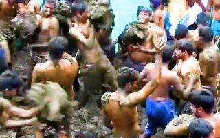 Video: Lễ hội ném phân bò của người dân làng Gummatapura ở Ấn Độ