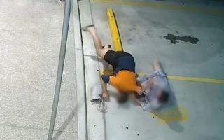 Video: Người phụ nữ vật lộn với tên cướp để lấy lại túi xách