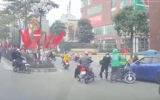 Video: Người đàn ông cầm dao dọa tài xế xe ôm công nghệ giữa đường
