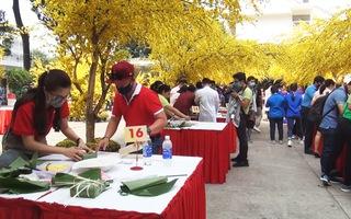Thi gói bánh chưng tặng người nghèo trong lễ hội Tết Việt