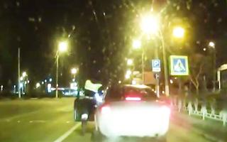 Video: Tài xế bất ngờ nhấn ga bỏ chạy, cảnh sát đu đeo trên cửa ôtô