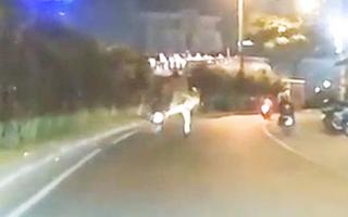 Video: CSGT 'giơ chân', lập tức nam thanh niên ngã nhào
