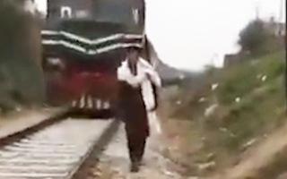 Video: Quay Tiktok trên đường ray bị tàu hỏa tông chết