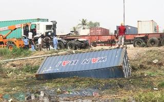 Video: Xe container lật nhào xuống mương nước, dân phá cửa cứu tài xế