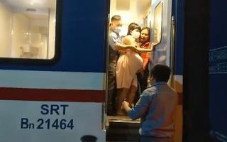 Video: Đưa một sản phụ chuyển dạ trên tàu hỏa tới bệnh viện