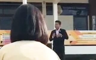 Video: Hiệu trưởng rút súng trong giờ chào cờ khiến học sinh toàn trường chạy toán loạn