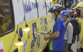 Video: Xe buýt 'phát tự động' hơn 100.000 chiếc khẩu trang miễn phí