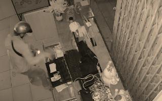 Video: Bẻ góc quay camera, đột nhập tiệm trà sữa trộm tiền ở TP.HCM
