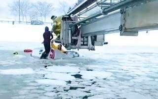 Video: Giải cứu 2 người bị kẹt trên xe tải rơi xuống sông băng