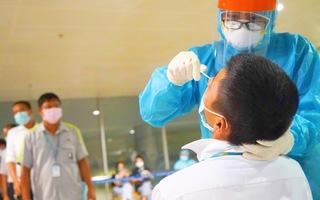Video: Chỉ trong một đêm, lấy mẫu xét nghiệm 1.000 nhân viên sân bay Tân Sơn Nhất