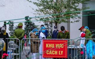 Video: Phong tỏa hai tòa nhà 1.200 dân tại Hà Nội vì COVID-19