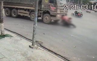 Video: Ớn lạnh cảnh xe ben cuốn 3 người, 1 bé thoát chết chạy vào lề đường, 1 bé tử vong