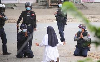 Video: Nữ tu quỳ gối xin cảnh sát Myanmar tha mạng cho người biểu tình