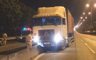 Video: Tài xế container chết trên cabin sau khi xe 'cày' dải phân cách